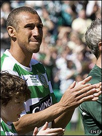 Henrik Larsson joins the applause in memory of Phil O'Donnell