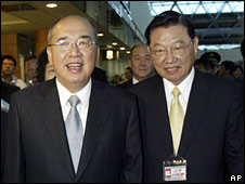 KMT Chairman Wu Po-hsiung (L) and Vice-Chairman Chiang Pin-kung (R) at the airport on 26 May 2008