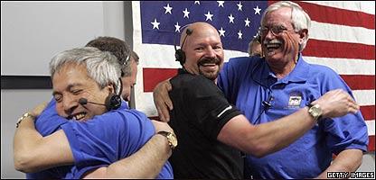 Los cient�ficos de la NASA se abrazan luego de que la nave aterrizara en Marte,  Getty Images