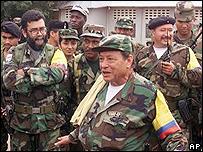 Alfonso Cano (izq., de brazos cruzados), Manuel Marulanda (centro) y Jorge Briceño (der., con un radio en la mano)