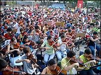 Estudiantes de Sonidos de la Tierra en  Cateura, Asunción
