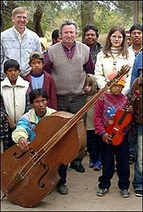 Luis Szaran, director (en el medio), rodeado por estudiantes de Sonidos de la Tierra