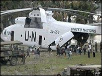 Personal de Naciones Unidas sube a helicóptero.