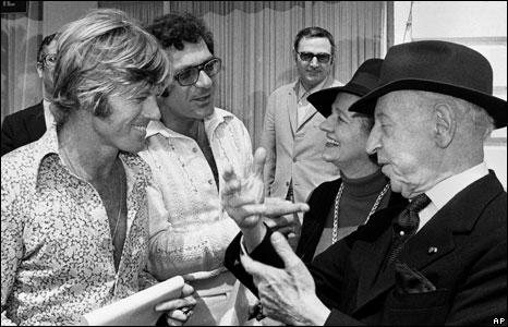 Pollack (second left) joins US actor Robert Redford (left) to chat with friends at the Cannes International Film Festival, France, 8 May, 1972