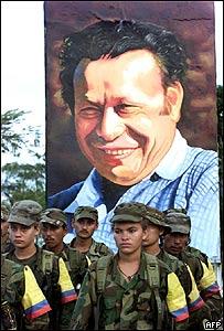 Guerrilleros de las FARC con imagen de Tirofijo al fondo. Los Pozos, Caquetá, Colombia,  2001, AFP