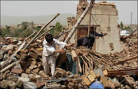 Children clearing rubble from the Spinkai market