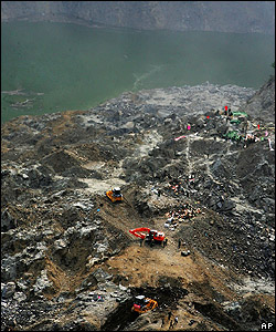 Workers carry out excavations in attempt to make Tangjiashan lake safe, Beichuan County, China