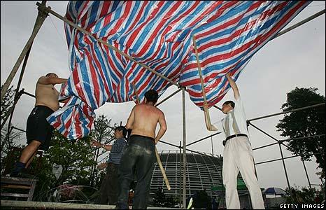 Earthquake survivors set up makeshift tent in city of Mianyang, China