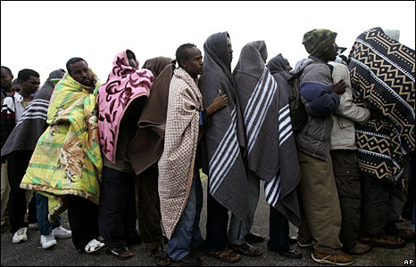 Displaced foreigners queue for food at a camp near Scarborough, South Africa, 27 May 2008