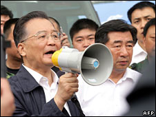 "Chinese Premier Wen Jiabao speaks to the quake survivors in Hanwang, southwest China""s Sichuan province on May 23, 2008"