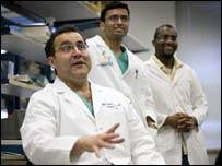 El doctor Qui�ones con sus estudiantes (FOTO: CHRIS HARTLOVE)