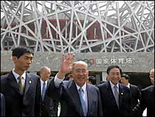 Taiwan ruling Kuomintang (KMT) Chairman Wu Poh-hsiung (C) waves to the press while visiting the National stadium in Beijing on May 28, 2008