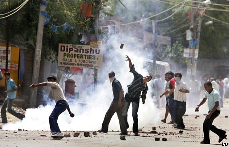 Gujjar protestors throw brickbats at police in Delhi's Aya Nagar area on 29 May 2008