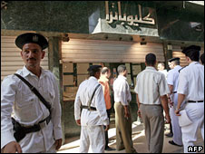 Egyptian police at the entrance of a jewellery shop in Cairo's Zeitoun district, 28 May, 2008