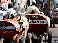 Carretas llevando gasolina en Bombay