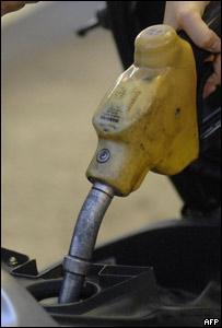 Hombre llena tanque de gasolina
