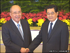 Taiwan ruling Kuomintang (KMT) Chairman Wu Poh-hsiung (L) is greeted by Chinese President Hu Jintao at the Great Hall of the People in Beijing on 28 May 2008