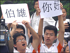 Two Chinese students display posters to welcome the Taiwanese delegation in Nanjing on 27 May 2008