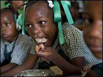 Niños comiendo en un colegio de Puerto Príncipe, Haití