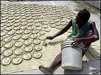 """Una mujer haitiana hace """"galletas"""" con  archilla y aceite vegetal, el 9 de mayo"""