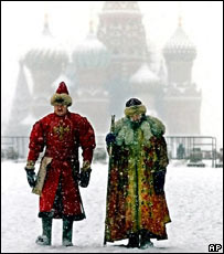 Актеры на заснеженной Красной площади