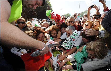 Fishermen give out free fish at protest in Madrid