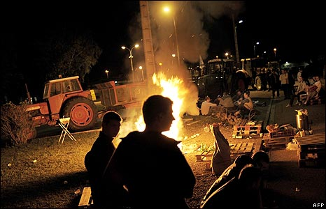 French farmers demonstrate at oil depot in Longvic, central France  (30 May 2008)