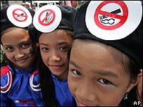 """Niñas portando carteles de """"prohibido fumar"""" en Manila, Filipinas (30/05/08)"""