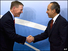Ford president Alan Mullaly shakes hands with Mexican President Felipe Calderon on 30/05/2008