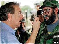 Alfonso Cano, nuevo líder de las FARC, con el ex presidente colombiano, Andrés Pastrana