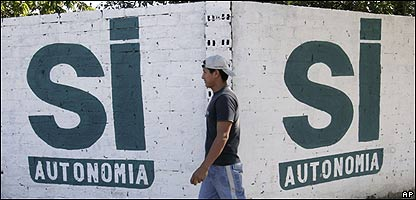"""Un hombre camina ante un grafiti que dice """"Sí"""" al referendo, en Trinidad, Bolivia, AP"""