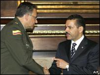 El secretario general de Interpol Ronald Noble (der.), saluda de mano a Oscar Naranjo, director de la Policía Nacional colombiana
