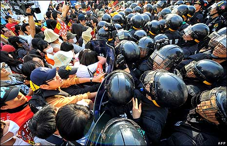 Protesters push at a line of riot police in Seoul 1/6/08