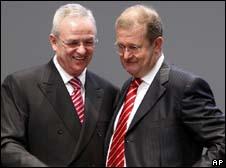 Martin Winterkorn, head of Volkswagen and Wendelin Wiedeking, head of Porsche (r)