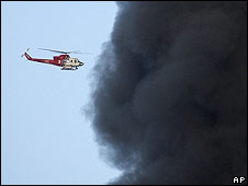 Helicopter flies into the smoke of the Universal Studios fire