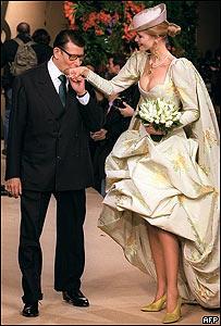 Yves Saint Laurent con Claudia Schiffer en 1997