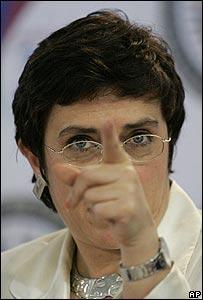 María Isabel Salvador habla a la prensa el 1 de junio