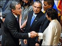 Álvaro Uribe se saluda con la canciller Salvador durante la ceremonia de apertura de la asamblea