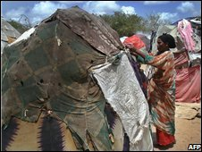 Displaced Somali woman builds shelter