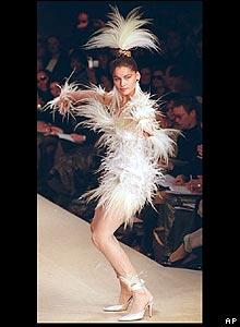 Впрочем, Сен-Лоран использовал и другие цвета - и даже перья