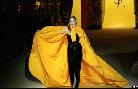 Former top model Carla Bruni presents a creation for Yves Saint Laurent on 22 January 2002 at the Centre Georges Pompidou art gallery in Paris.