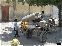 Ni�o de pi� ante una carretilla lista para abandonar la ciudad, AFP