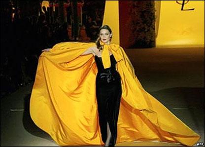 На том последнем шоу одно из платьев демонстрировала нынешняя первая леди Франции Карла Бруни