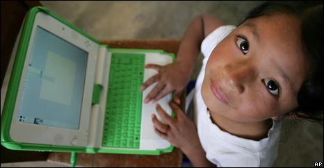 Peruvian child with XO laptop, AP
