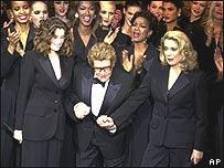 Saint Laurent se despide del mundo de la moda, año 2002, AP