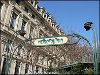 Entrada a estación del metro de París.