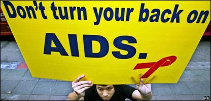 Activista sostiene pancarta contra el SIDA