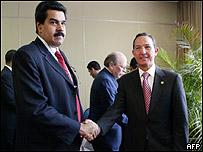 Los cancilleres de Colombia, Fernando Araújo (dcha) y Venezuela, Nicolas Maduro