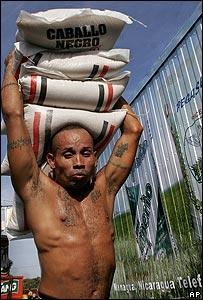 Cargando bultos en mercado de Managua