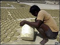 """Mujer preparando """"tortas"""" de barro en Hait�."""
